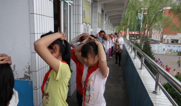 神木县店塔第一小学开展防震疏散演练活动