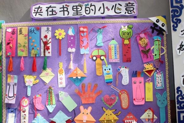 可爱卡通的小猪佩奇书签……老师们将这些书签布置到展板上,供大家